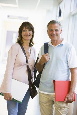 high key: L'uomo e la donna in piedi nel corridoio con i libri (alta chiave)