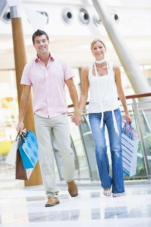 affectionate action: Pareja joven en un centro comercial