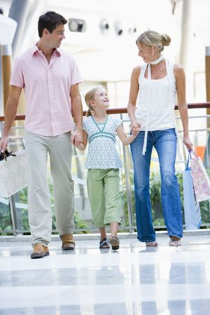 low angle views: Madre y el padre con hija en un centro comercial Foto de archivo