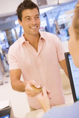 salesperson: Man paying for purchases with credit card Stock Photo