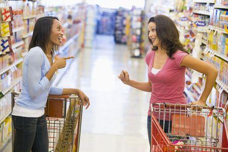 stores: Twee vrouwen praten met elkaar in een supermarkt