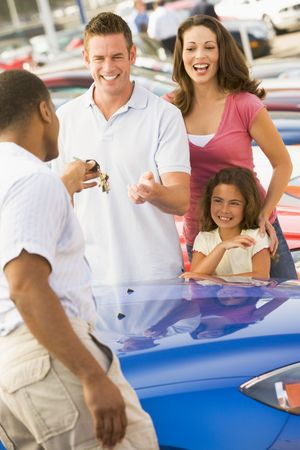 leases: Mother and father with young daughter shopping for a new car