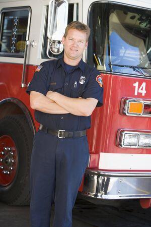 voiture de pompiers: Pompier, debout devant le feu du moteur Banque d'images