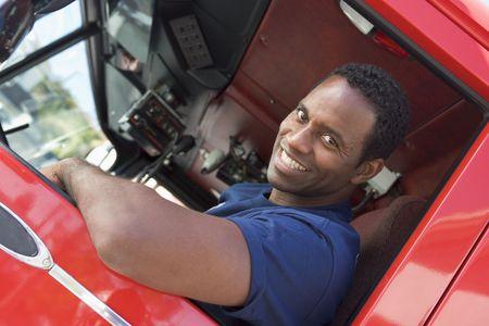 camion de bomberos: Los bomberos en asiento del conductor de cami�n de bomberos