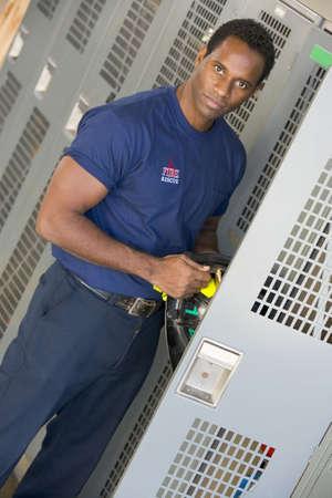 estacion de bomberos: Los bomberos conseguir su casco de su locker en estaci�n de bomberos vestuario (profundidad de campo)