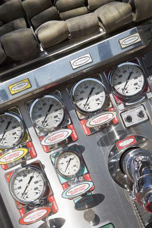 voiture de pompiers: Les manches d'incendie et manom�tres en cas d'incendie du moteur