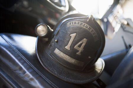 voiture de pompiers: Casque de lutte contre l'incendie dans le moteur de feu sur le si�ge (s�lective focus)