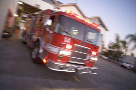 camion pompier: Incendie moteur en laissant Firehouse (blur)