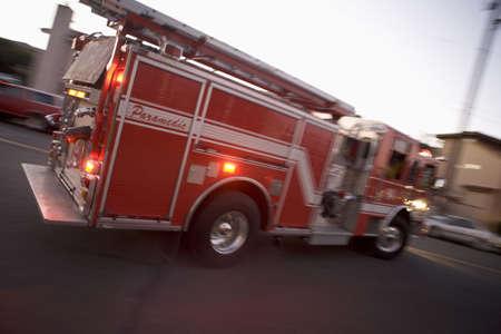 motor ardiendo: Cami�n de bomberos en la calle (difuminado) Foto de archivo