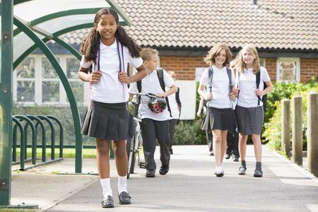ni�os saliendo de la escuela: Los estudiantes que abandonan la escuela con una bicicleta