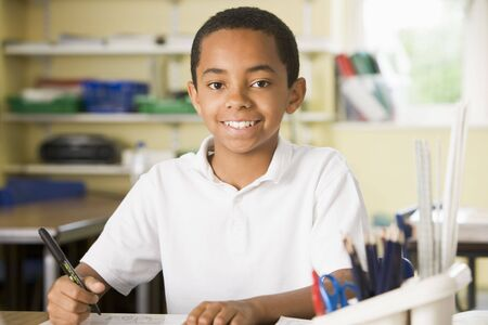 ni�os escribiendo: Estudiante en la clase tomando notas