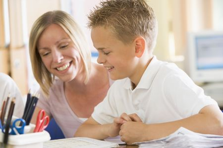 tutor: Estudiante en la clase tomando notas con ayuda de maestros
