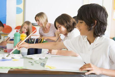 ni�os pintando: Los estudiantes en clase de arte con el maestro (profundidad de campo)  Foto de archivo