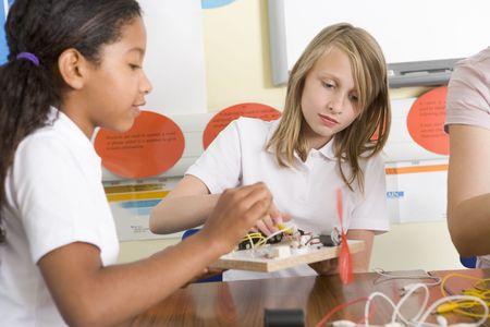 middle class: Los estudiantes en la clase con proyectos electr�nicos