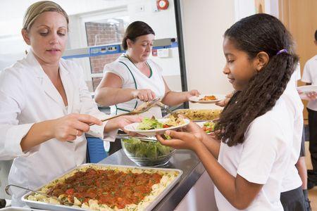 comedor escolar: Los estudiantes en l�nea cafeter�a que sirve el almuerzo