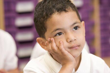 ambivalence: Etudiant en classe assis sur le plancher s'ennuyer (s�lective focus)