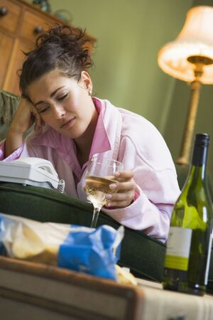 hesitating: Joven mujer en su casa esperando por tel�fono