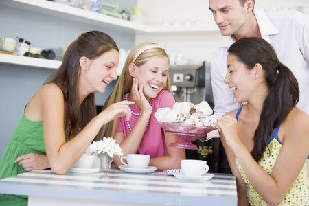 treats: Uomo che offre dolci di tre giovani donne