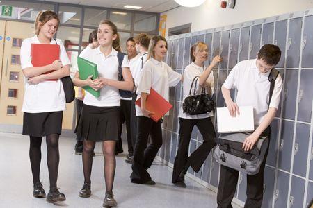 adolescentes chicas: Estudiantes de secundaria en una escuela pasillo