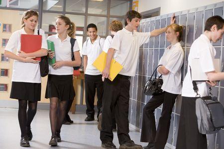 Studenti della scuola secondaria in un corridoio della scuola