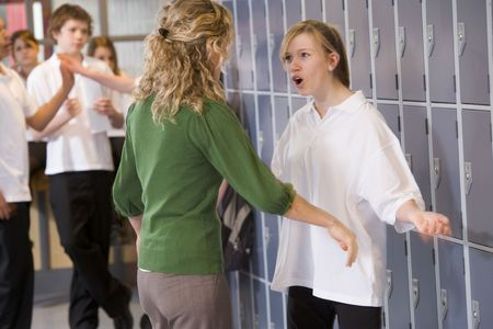 delincuencia: Mujeres profesor reprender a una mujer estudiante
