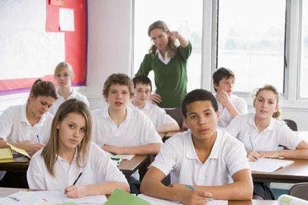disciplina: Estudiantes de secundaria en un aula
