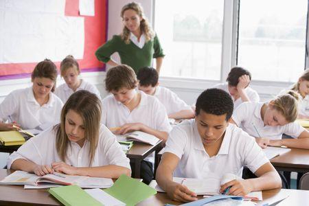 estudiante de secundaria: Estudiantes de secundaria en un aula