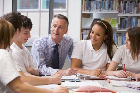 estudiante de secundaria: Los estudiantes y profesores en un grupo de estudio que colaboran