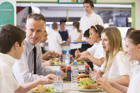 comedor escolar: Los estudiantes y profesores de almorzar en el comedor  Foto de archivo