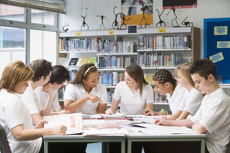 cornrows: Los estudiantes en un grupo de estudio que colaboran  Foto de archivo