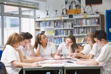 sch�ler: Studenten in einer Gruppe zusammenarbeiten Studie  Lizenzfreie Bilder