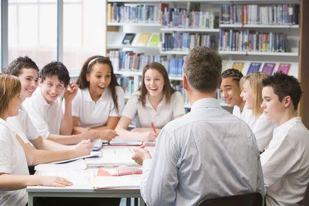 profesores: Los estudiantes y profesores en un grupo de estudio que colaboran