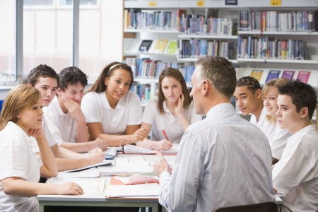 maestra ense�ando: Los estudiantes y profesores en un grupo de estudio que colaboran
