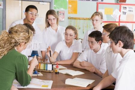 estudiante de secundaria: Los estudiantes que reciben ense�anza de qu�mica en el aula