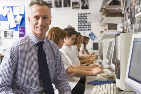 profesores: Los estudiantes que trabajan en estaciones de trabajo con el maestro