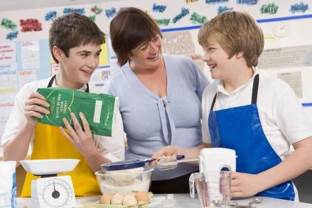 alumnos en clase: Los estudiantes en la preparaci�n de ingredientes de cocina de clase con profesor