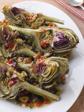 крупные планы: Roasted Globe Artichokes with Aubergine Peppers and Olives