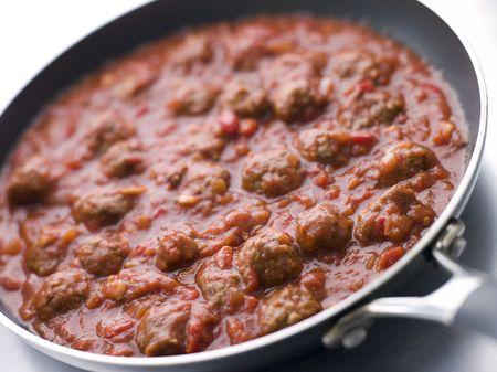 carnes y verduras: Alb�ndigas en una Salsa de Tomate  Foto de archivo