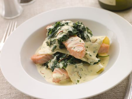 крупные планы: Open Lasagne of Salmon and Spinach with a Saffron Cream