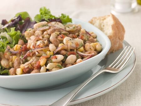 крупные планы: Tuscan Bean Salad with Dressed Leaves and Crusty Bread