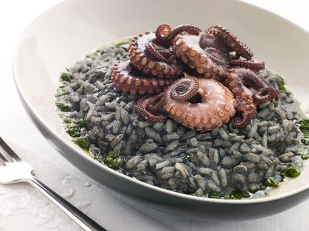 крупные планы: Risotto Nero with Fried Octopus and Pesto Dressing