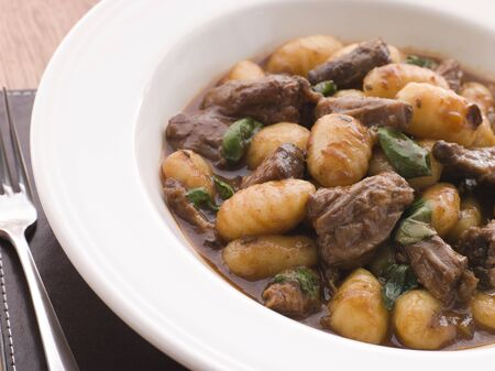 крупные планы: Oxtail Braised in Red Wine with Basil Gnocchi