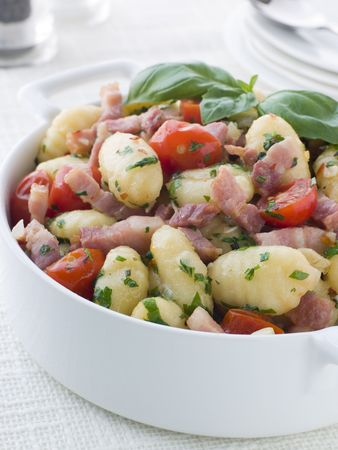крупные планы: Bowl of Gnocchi with a Bacon Tomato and Basil Dressing