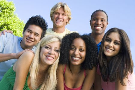 młodzież: Sześć osób na kamery na zewnątrz huddling