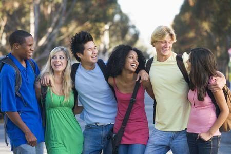 teen boys: Sei persone all'aperto in piedi a braccetto insieme (attenzione selettiva)