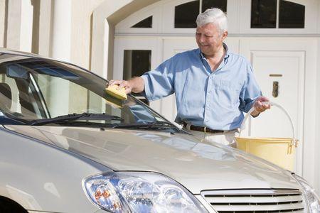 1 senior: Senior hombre lavar su autom�vil fuera de casa