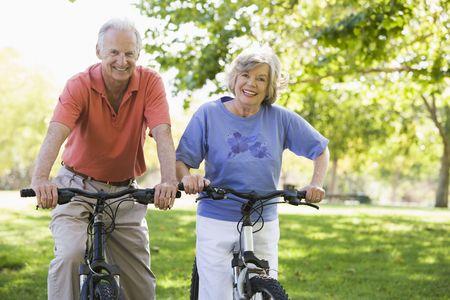 Senior paar op rijwielen