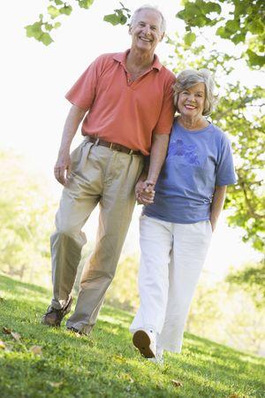 affectionate action: Senior par caminar juntos en el parque