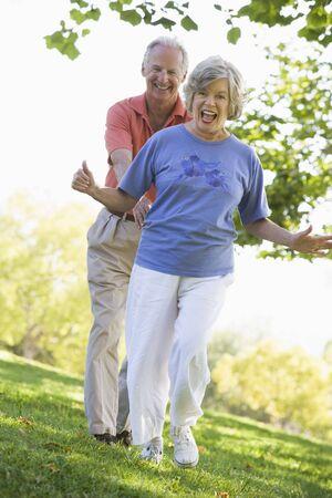 Senior par caminar juntos en el parque