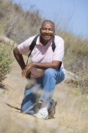 walking trail: Anziano uomo su un percorso a piedi  Archivio Fotografico